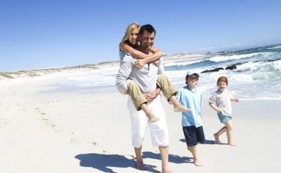 семейная фотосессия во время прогулки по пляжу