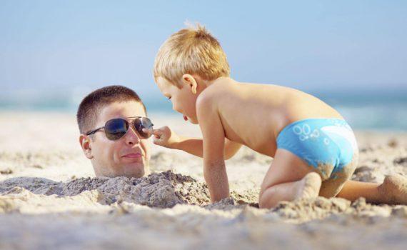 семейная фотосессия закопанные в песок