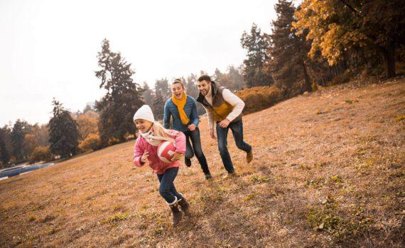 семейная фотосессия осенью догонялки