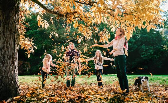 игра с листвой семейная фотосессия осенью