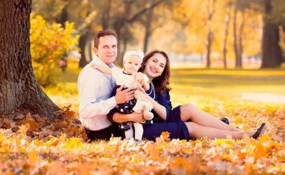 семейная осенняя фотосессия под деревом