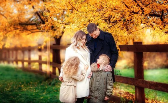 осенняя семейная фотосессия под деревом