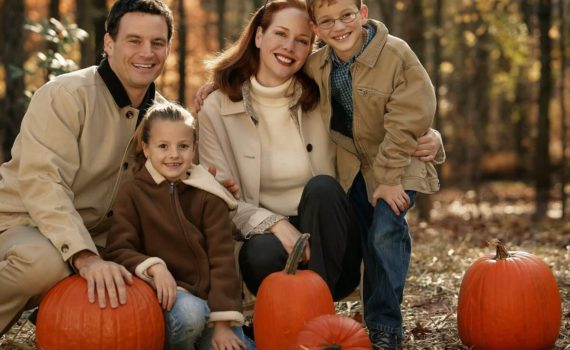 семейная осенняя фотосессия с тыквами