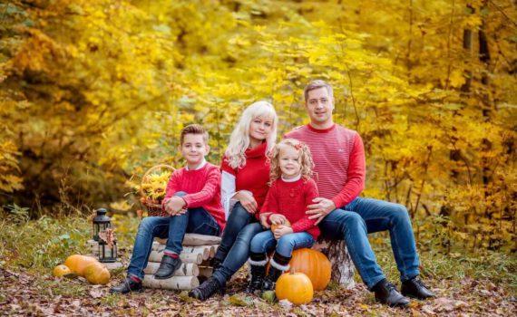 с тыквами семейная осенняя фотосессия