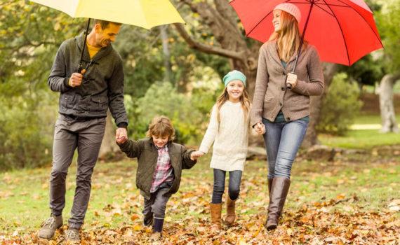 семейная фотосессия с зонтом осенью