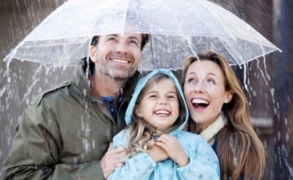 семейная осенняя фотосессия под дождем