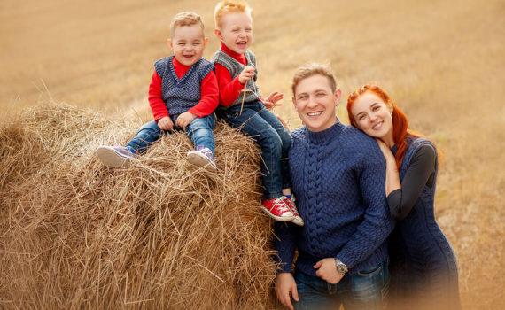 осенняя семейная фотосессия в поле со стогом сена