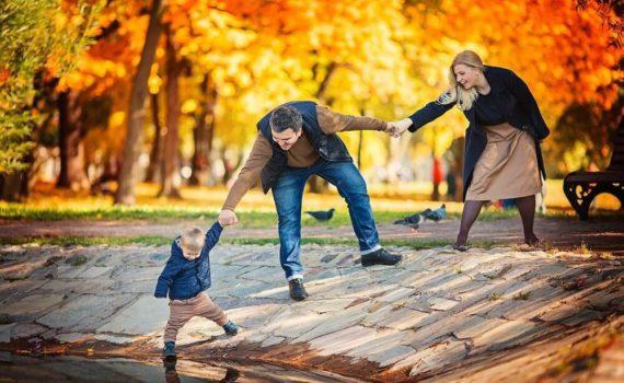 у воды семейная фотосессия осенью