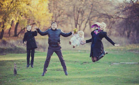 в прыжке семейная фотосессия осенью