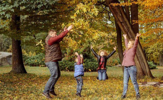 осенняя семейная фотосессия в прыжке