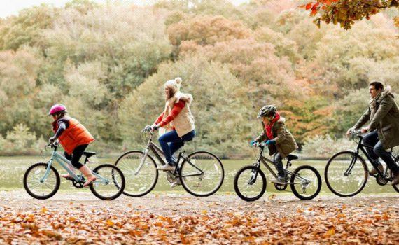 семейная осенняя фотосессия на велосипедах