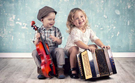 фотосессия ребенка на год в студии с музыкальными инструментами