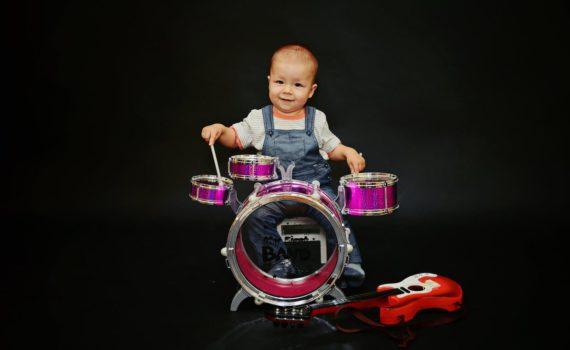 фотосессия ребенка на год с музыкальным инструментом в студии