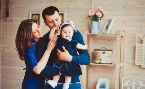фотсоессия ребенка на год с родителями в студии
