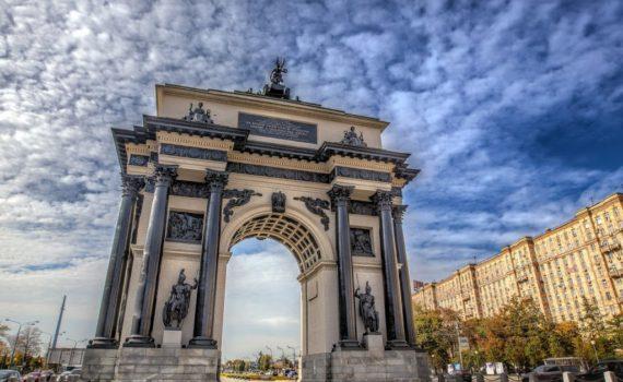 Триумфальная арка днем