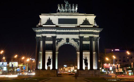 Триумфальные ворота ночью