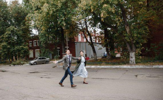 бегущая пара девушка и парень love story съёмка