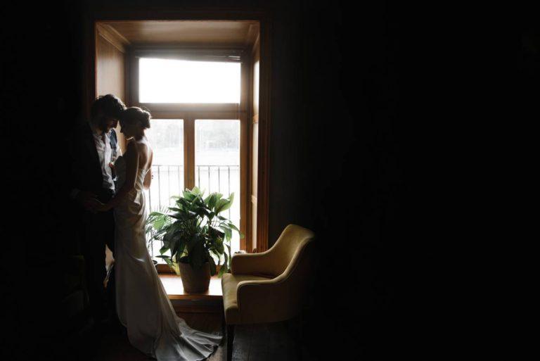 красивый кадр жениха и невесты общий план