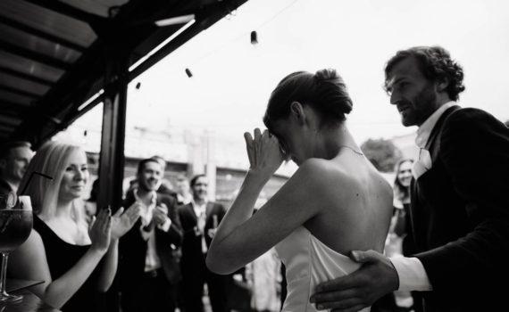 невеста плачет перед гостями