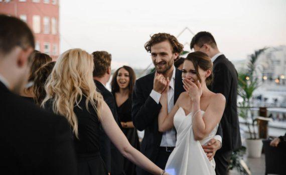 невеста плачет гости поздравляют жениха и невесту