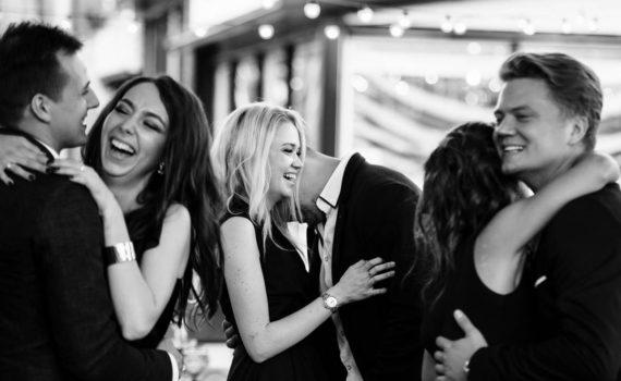 гости смеются и танцуют