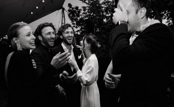 веселые эмоциональные гости на свадьбе и молодожены