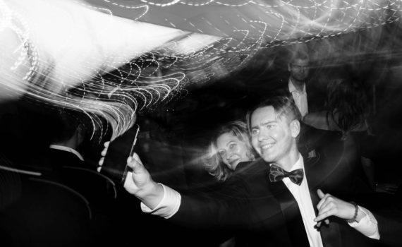 гости на свадьбе селфятся