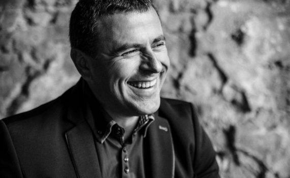 Мужской черно белый бизнес портрет в Москве в пиджаке
