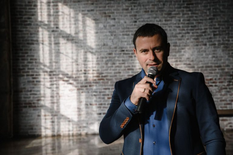 Мужской бизнес портрет в Москве в пиджаке с микрофоном