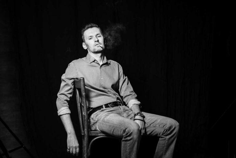 брутальный портрет мужчины с сигаретой