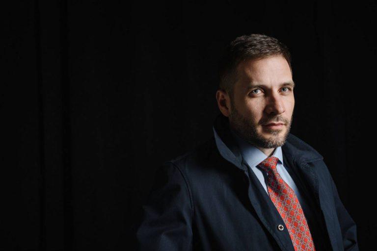 Мужской деловой бизнес портрет в пиджаке низкий ключ