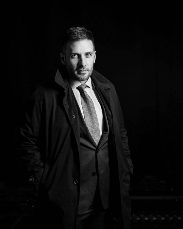 Мужской деловой бизнес портрет в плаще низкий ключ