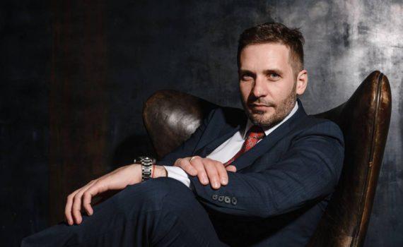 Мужской деловой бизнес портрет в пиджаке в кресле