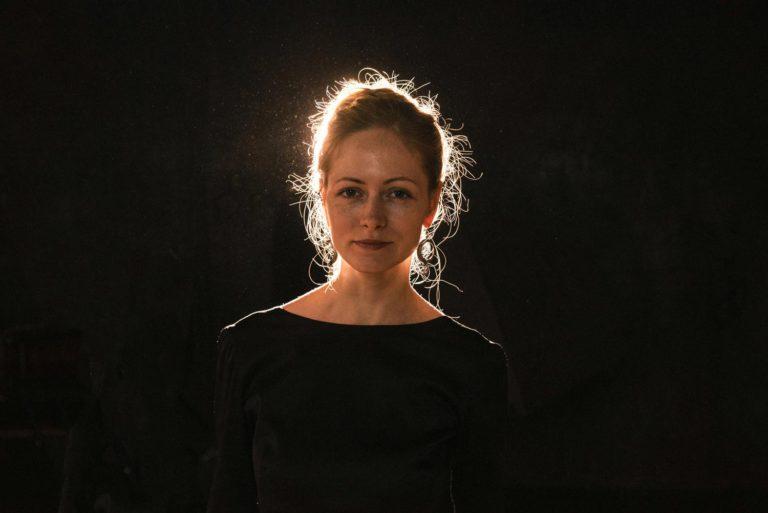 красивая девушка в черном фотосессия в студии