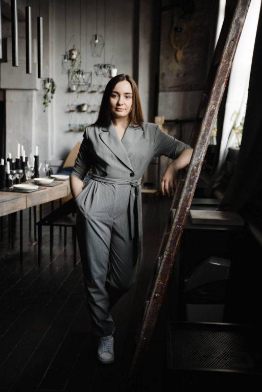 деловой женский бизнес портрет в студии лофт