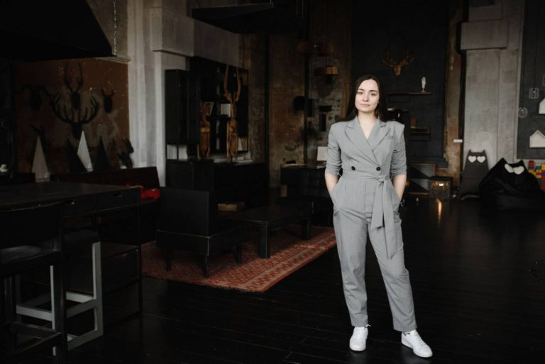 деловой женский бизнес портрет в студии лофт стильный