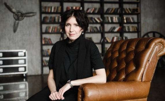 женский бизнес портрет в студии в кресле