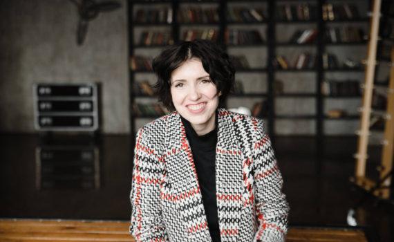 женский бизнес портрет в студии в пальто