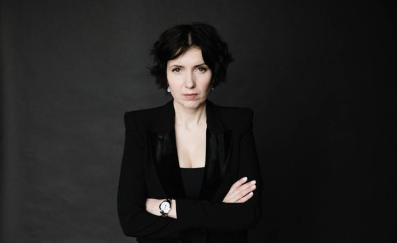 женский бизнес портрет в студии в черном