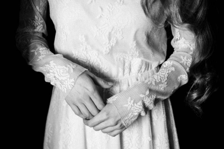 руки невесты платье