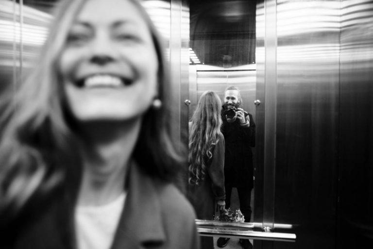 жених и невеста в лифте