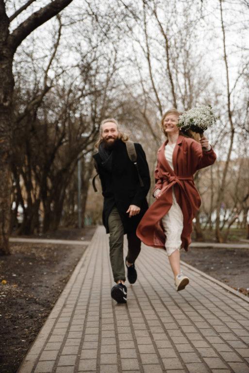 жених и невеста прыгают весна осень