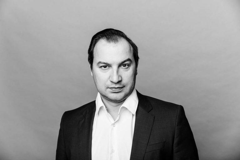 Мужской деловой бизнес портрет на сером фоне