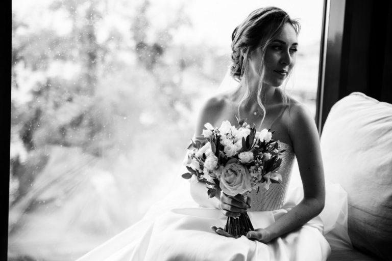 невеста у окна в чб