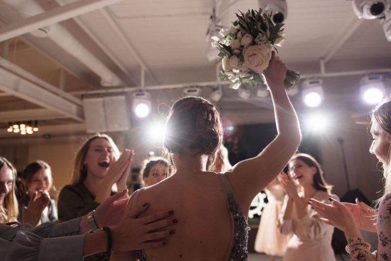 подружка невесты поймала букет на свадьбе